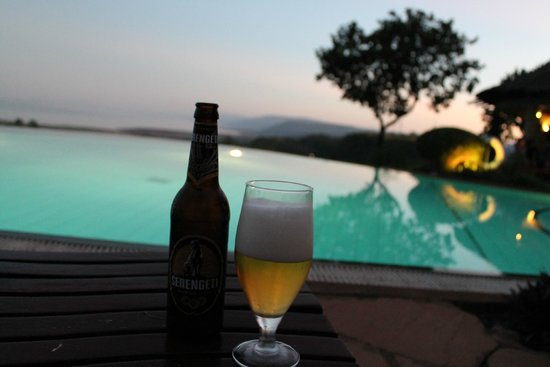 Lake Manyara Serena Lodge: Poolside view overlooking the National Park