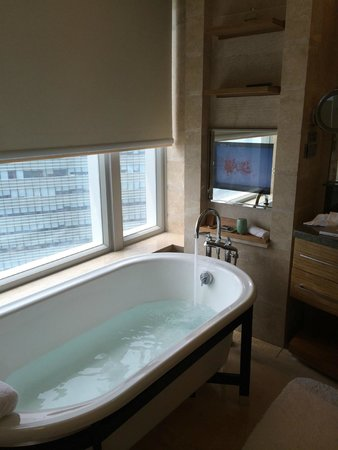 The Ritz-Carlton, Shenzhen : The separate tub by the window