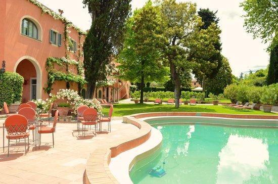 Villa La Massa: Pool mit Hotel-Nebengebäude