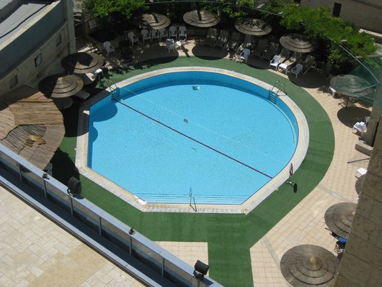 Leonardo Hotel Jerusalem: View of the hotel pool from our balcony