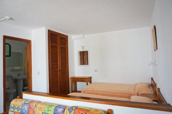 Cotillo Lagos Apartments: Armario empotrable en la habitacion
