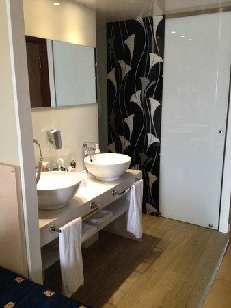 Hotel Florida Park: раковины прямо в номере, душ за перегородкой