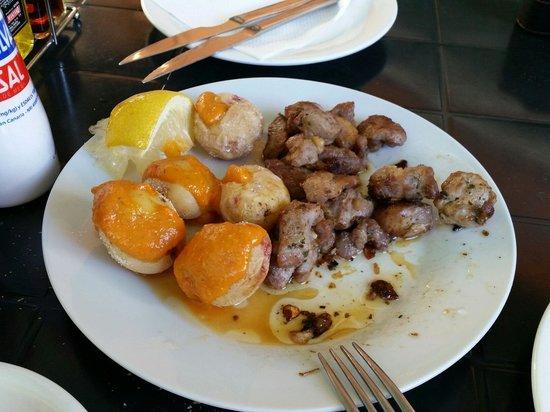 Bar  Perera: Carne de cochino frita, con papas y un mojo rojo riquísimo