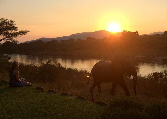Khandizwe River Lodge: Sunset in front of the lodge
