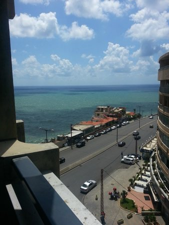 Raouche Arjaan by Rotana: Corner room with partial sea view