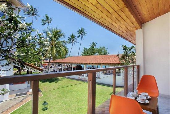 Calamander Unawatuna Beach: Garden view from Deluxe room