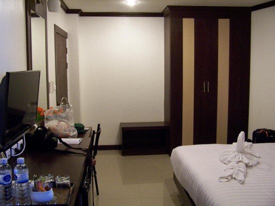 Patong Mansion Hotel : amplia habitación superior