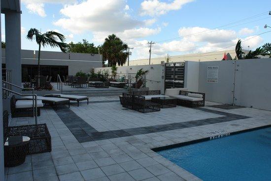 EB Hotel Miami Airport: Pool area