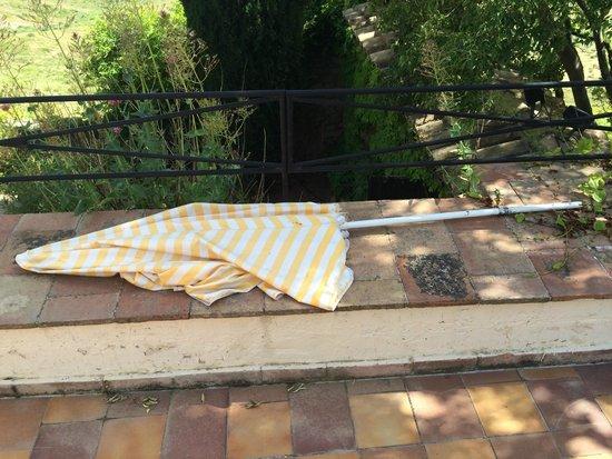 Garrigae Abbaye de Sainte Croix : parasol, tel que trouvé à l'arrivée