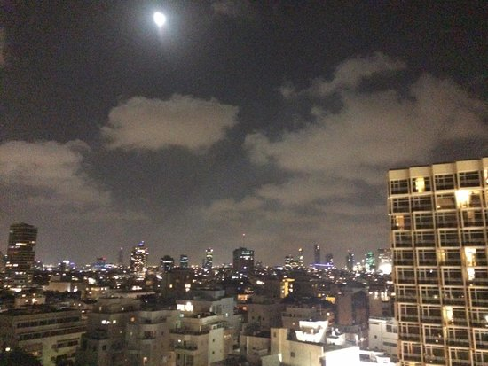 Crowne Plaza Tel Aviv Beach: Moon over Tel Aviv