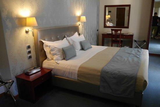 AVA Hotel Athens : Bed & Desk