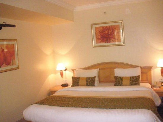Ramada Plaza Palm Grove: Soothing Lights And Comfortable bed