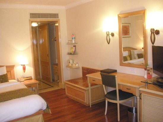 Ramada Plaza Palm Grove: Room