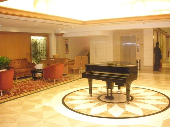 Ramada Plaza Palm Grove: piano at lobby