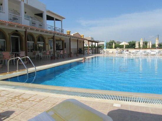 Eleni Hotel : места для отдыха и бассейн