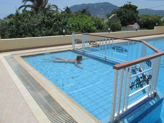 Eleni Hotel: детский бассейн