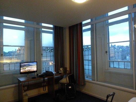 Travelodge Edinburgh Central Princes Street: A great room on the fourth floor