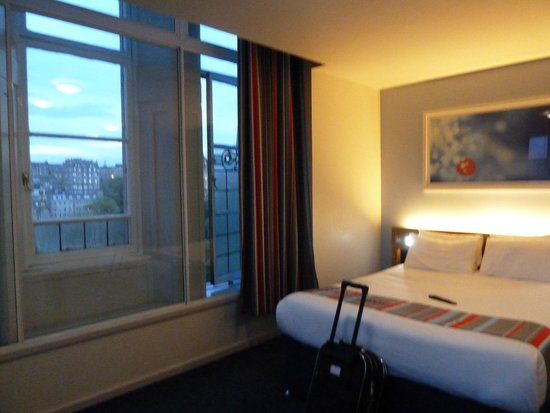 Travelodge Edinburgh Central Princes Street : King size bed, great view