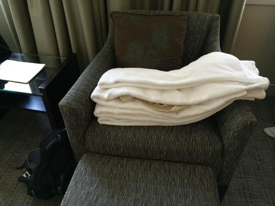 Le Westin Montreal: A gross ladies blouse folded in the fresh towels we ordered