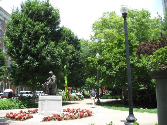 Krutch Park: Mature trees and relaxing walk