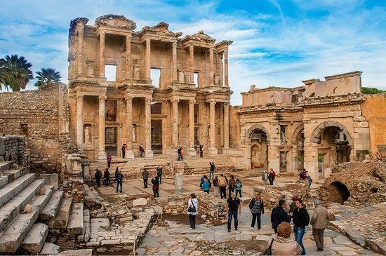 Turquie : Wander among the beautifully preserved remains of the library built in honor of the Roman Senato