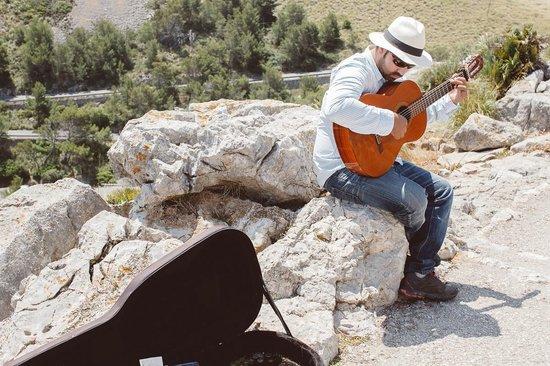 Cap de Formentor: Музыкант божественно поет