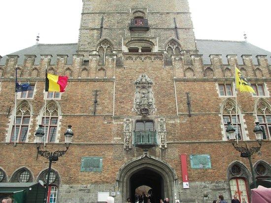 Beffroi et marché : Fachada e entrada da torre.