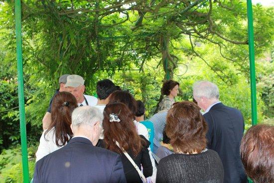 Maison et jardins de Claude Monet : queue waiting to get on bridge
