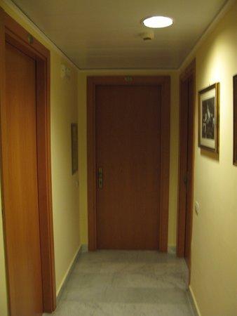 Hotel Villa Maria: Badly lit corridoors with numbers on top of the door