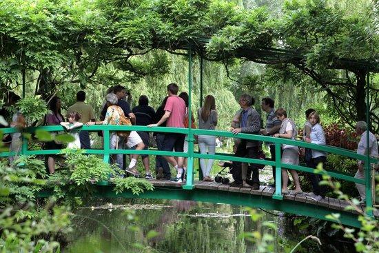 Maison et jardins de Claude Monet : Crowded bridge