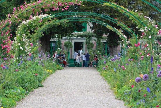 Maison et jardins de Claude Monet : view of house entrance