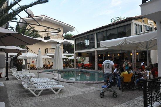 Hanioti Grand Victoria: Бар и бассейн одновременно