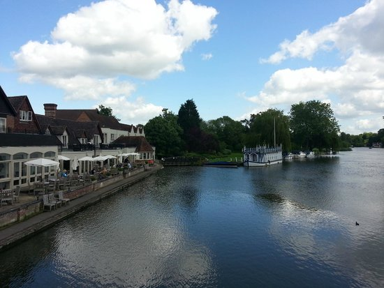 The Swan at Streatley: on the fist bridge looking at the Swan