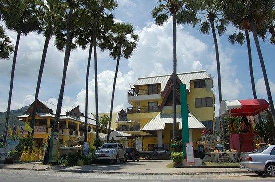 Woraburi Phuket Resort & Spa: вид на отель с пляжа