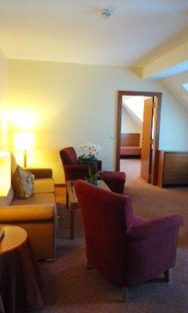 BEST WESTERN PREMIER Kaiserhof Wien: リビングから寝室