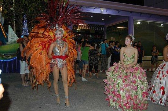 Simon Star Show Phuket: после шоу, артисты ждут желающих сфотографироваться