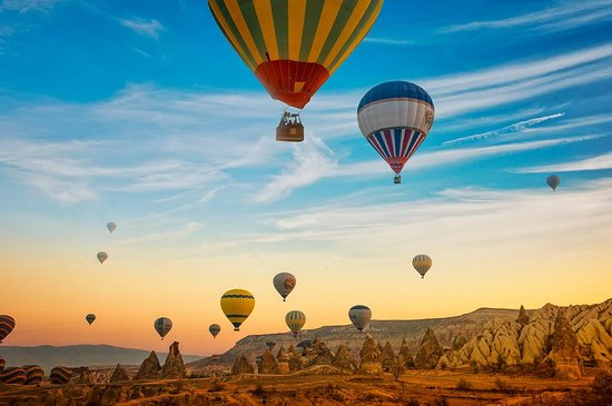 Turkije: Imagine yourself and your family on a hot air balloon, flying over the world-famous fairy chimne