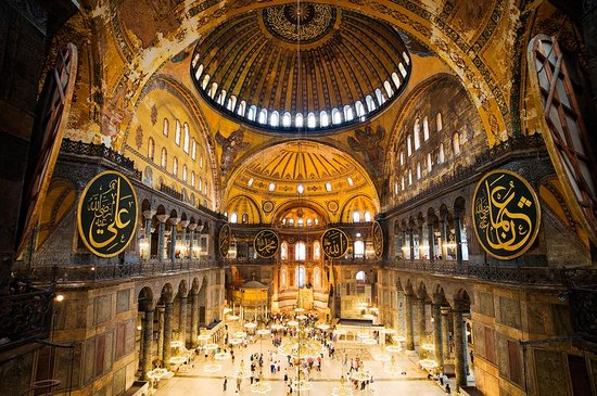 Turquie : As one of the largest sacred structures in the world, Hagia Sophia still dominates the historica