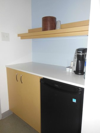 Harbor Hotel Provincetown: A small kitchenette with coffee maker
