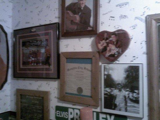PJ's Rainbow Cafe : Elvis Decor, 50's Decor