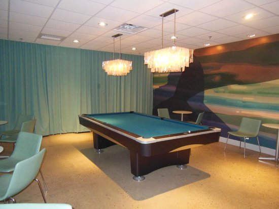 Harbor Hotel Provincetown: A pool table in the bar area awaits guests