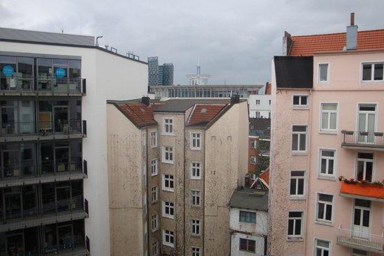 Adina Apartment Hotel Hamburg Michel: Innenhof gegenüberliegende Häuser