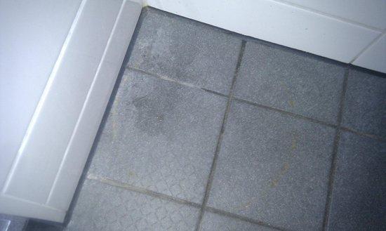 easyHotel Amsterdam City Centre South: Boden neben der Toilette