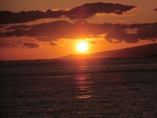 Fort DeRussy Beach Park: 突堤から見た夕日
