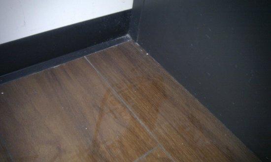 easyHotel Amsterdam: Boden neben dem Bett