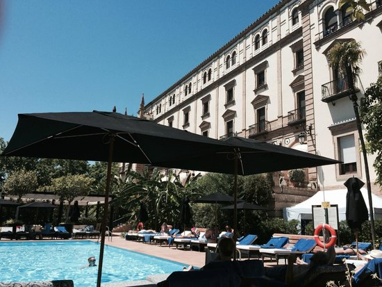 Hotel Alfonso XIII, A Luxury Collection Hotel, Seville: Gorgeous pool and restaurant outdoors