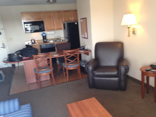 Candlewood Suites: Huge kitchenette and den