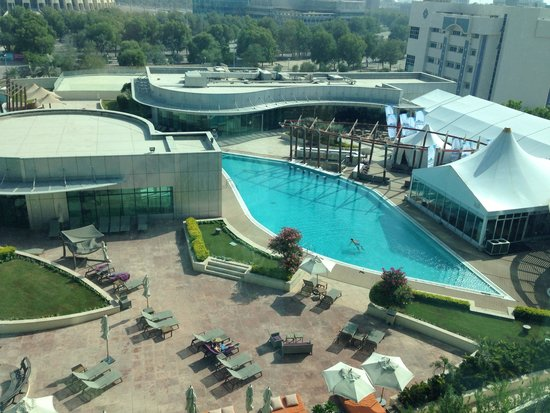 Hilton Capital Grand Abu Dhabi : Swimming pool view from the 8th floor lounge