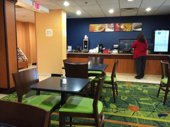 Fairfield Inn & Suites Christiansburg: Breakfast area is well stocked and clean with friendly staff.