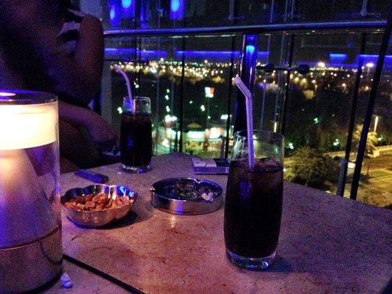 Hilton Capital Grand Abu Dhabi : Blue bar